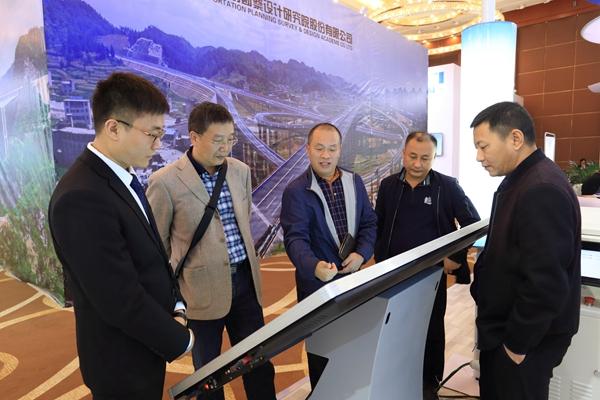 与会代表到柳州黔桥展位交流 (2).JPG